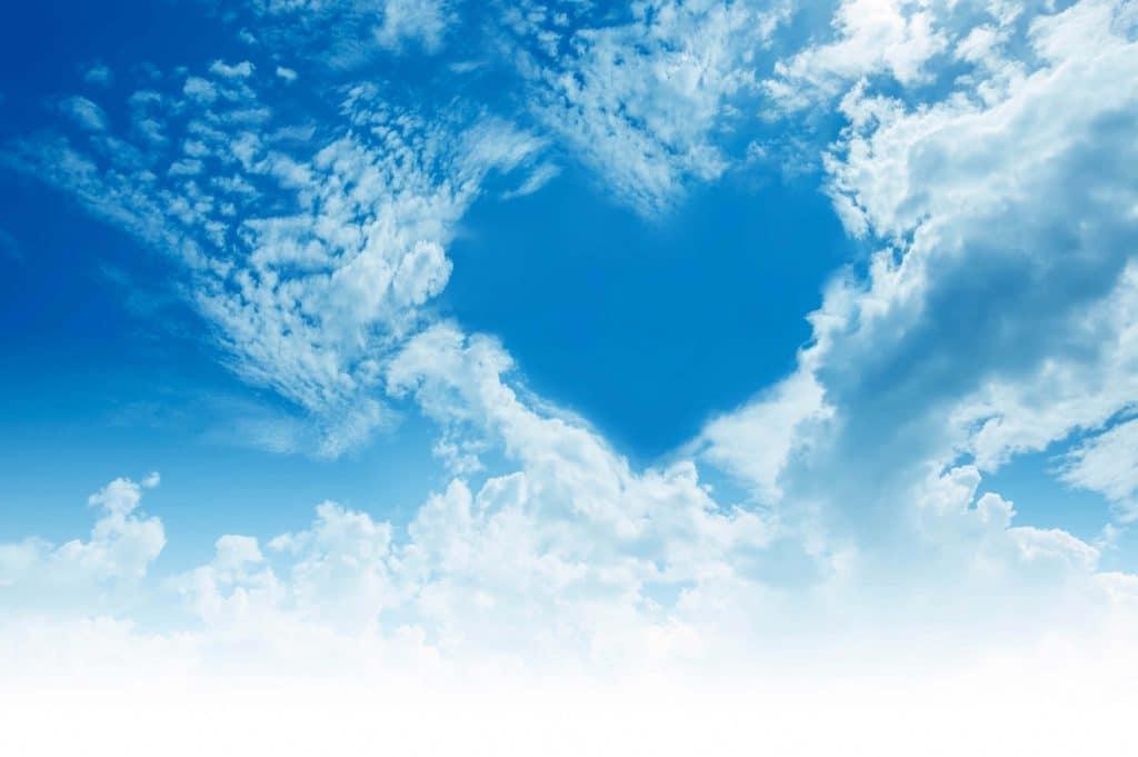Ciel avec des nuages formant un coeur