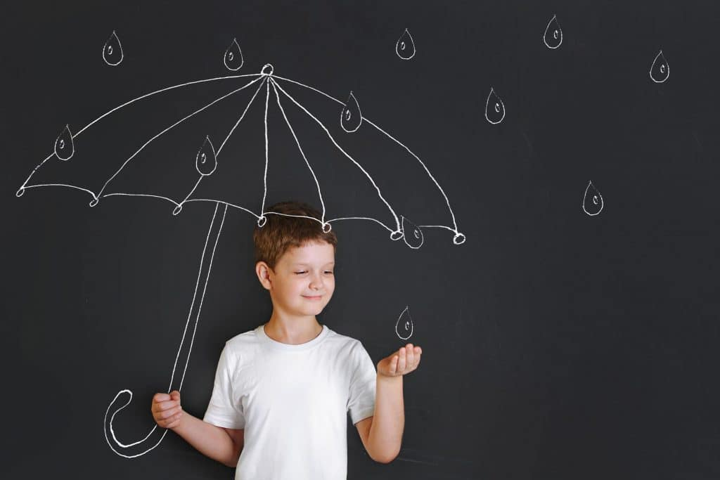 Enfant protégé par un parapluie