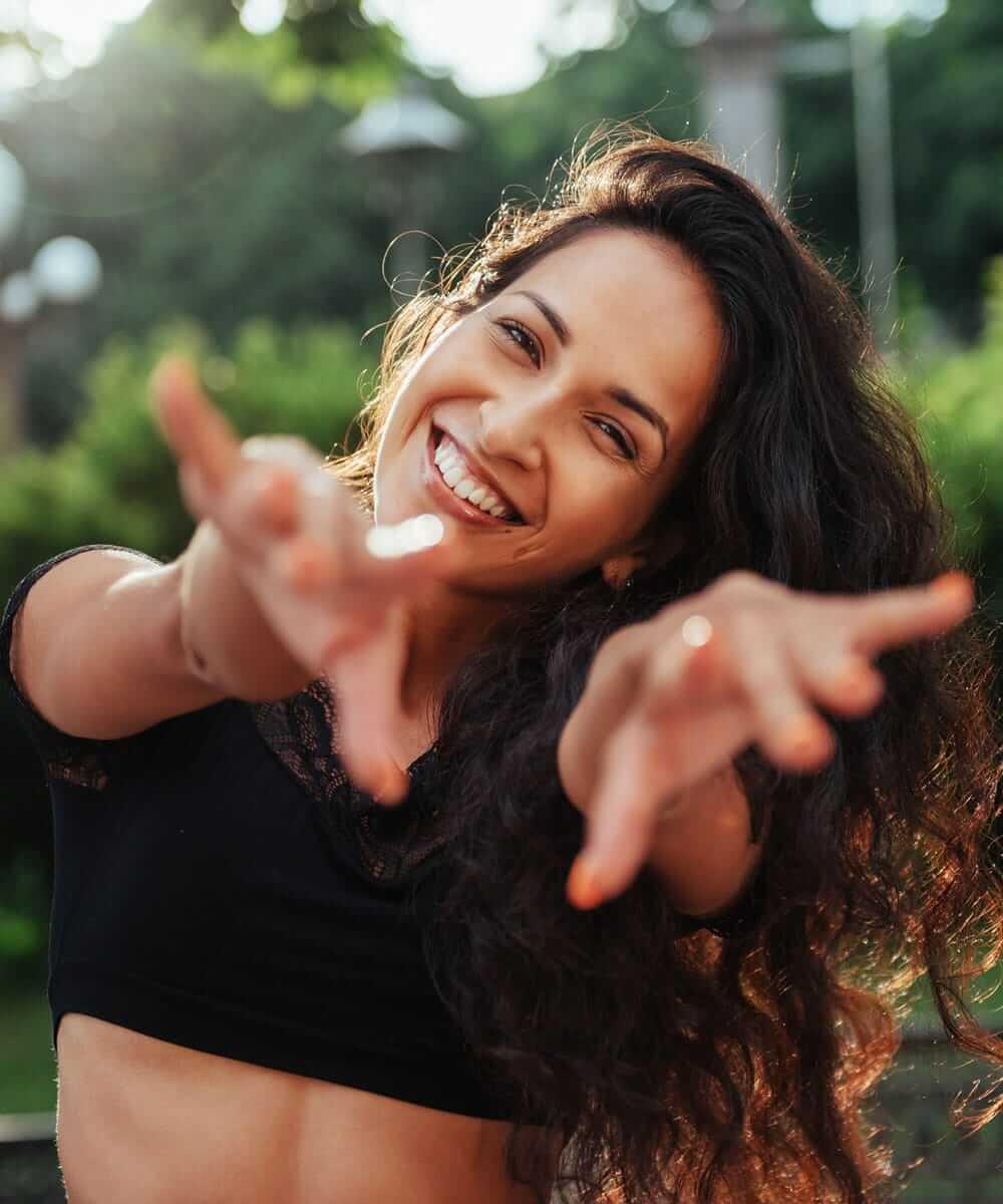 Femme pleine d'énergie et de joie