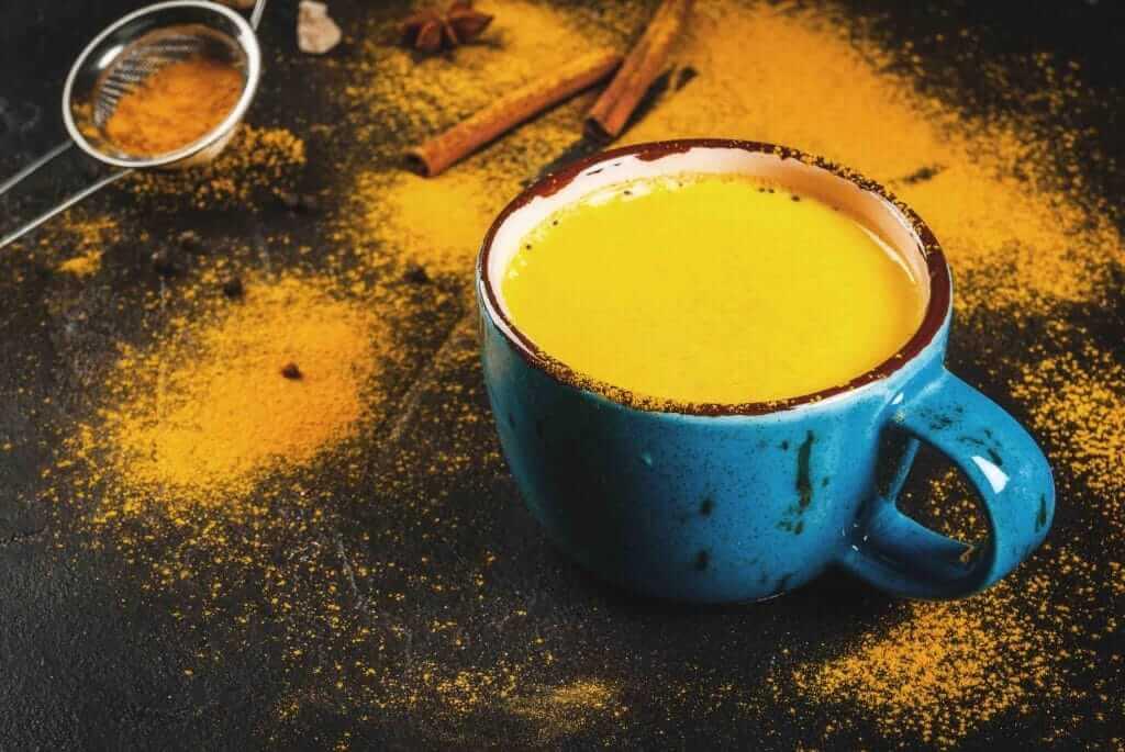 Mug de lait d'or à la cannelle