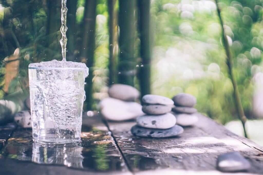 Verre rempli d'eau pure