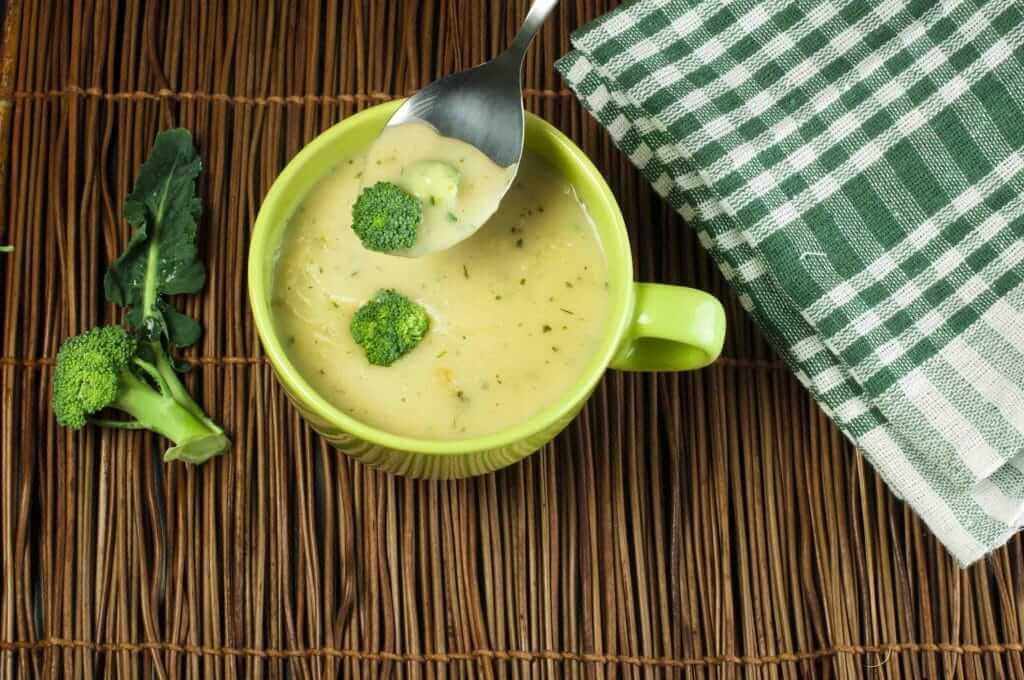 Bol de soupe au brocoli